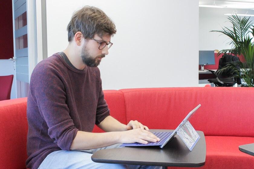 Digitale Leute - Tobias Röver - Social Media - Tobias arbeitet an seinem Surface Pro 4.