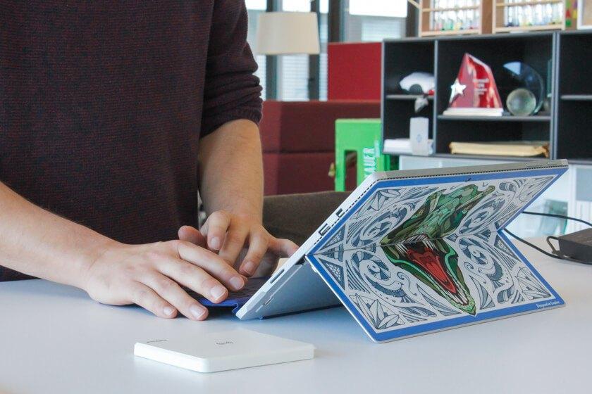 Digitale Leute - Tobias Röver - Microsoft - Das von Illustrator Andreas Preis gestaltete Motiv auf dem Surface von Tobias.