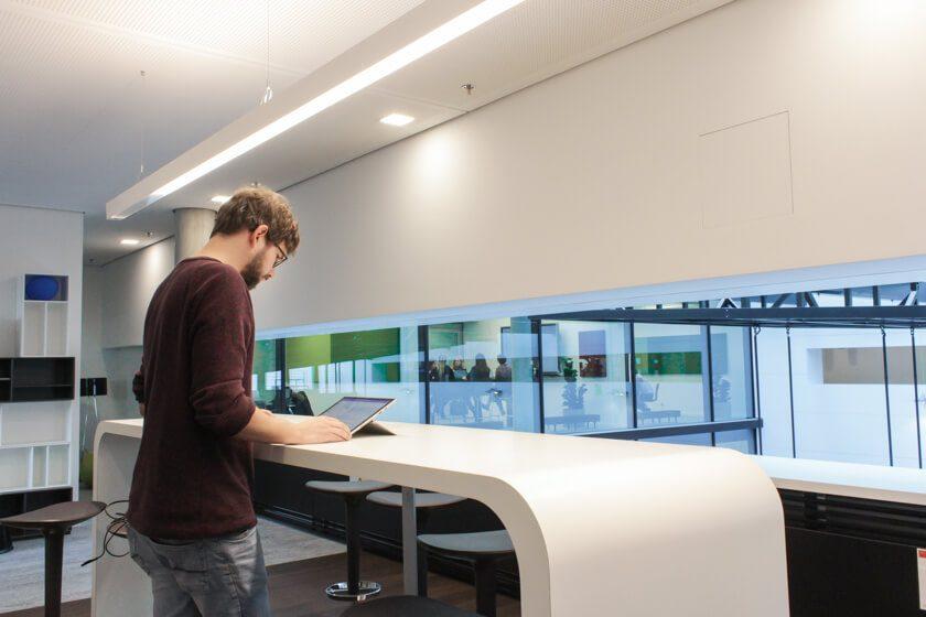 Digitale Leute - Tobias Röver - Social Media - Das moderne Office von Microsoft in München spielt mit Licht, Raum und Formen.