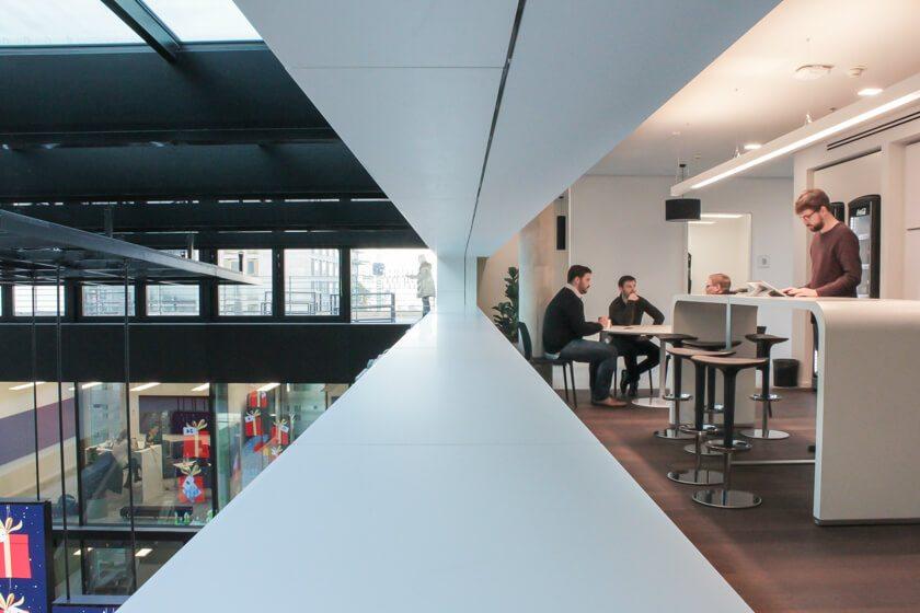 Digitale Leute - Tobias Röver - Social Media - Das Foyer des neuen Büros von Microsoft verbindet Arbeiten und Repräsentation.