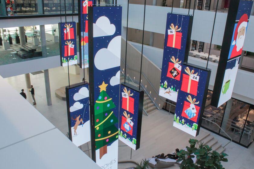 Digitale Leute - Tobias Röver - Microsoft - eine hängende LED Installation im Foyer mit Adventskalender.