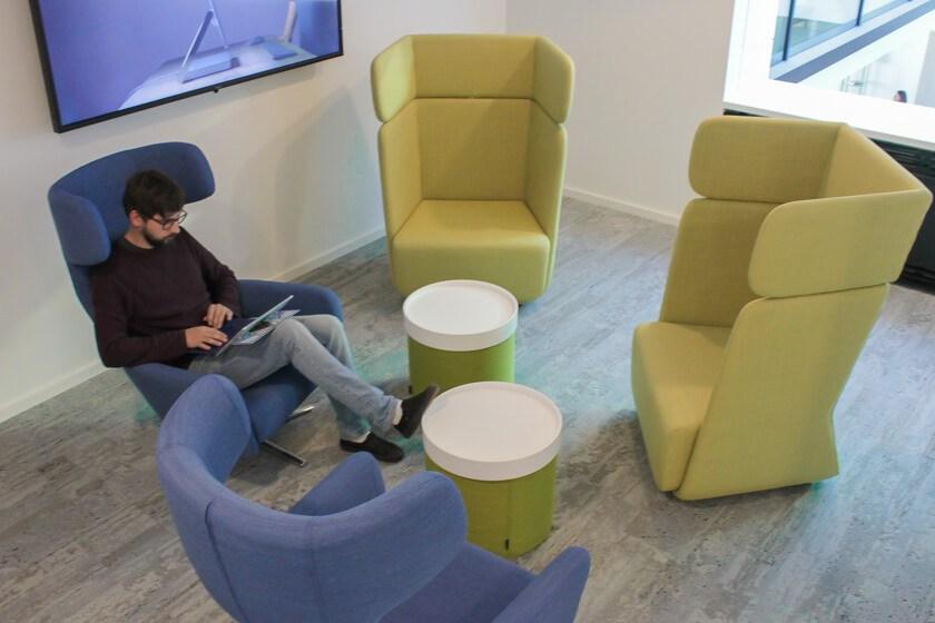 Digitale Leute - Tobias Röver - Microsoft - Verschiedene Sitzgelegenheiten laden Tobias ein zu arbeiten oder sich auszutauschen.