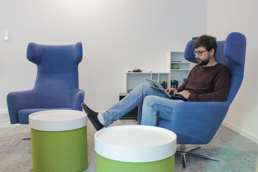 Digitale Leute - Tobias Röver - Microsoft - Tobias chillt in einem Sessel.