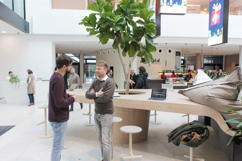 Digitale Leute - Tobias Röver - Microsoft - Tobias tauscht sich im Foyer mit einem Kollegen über seinen Job aus.