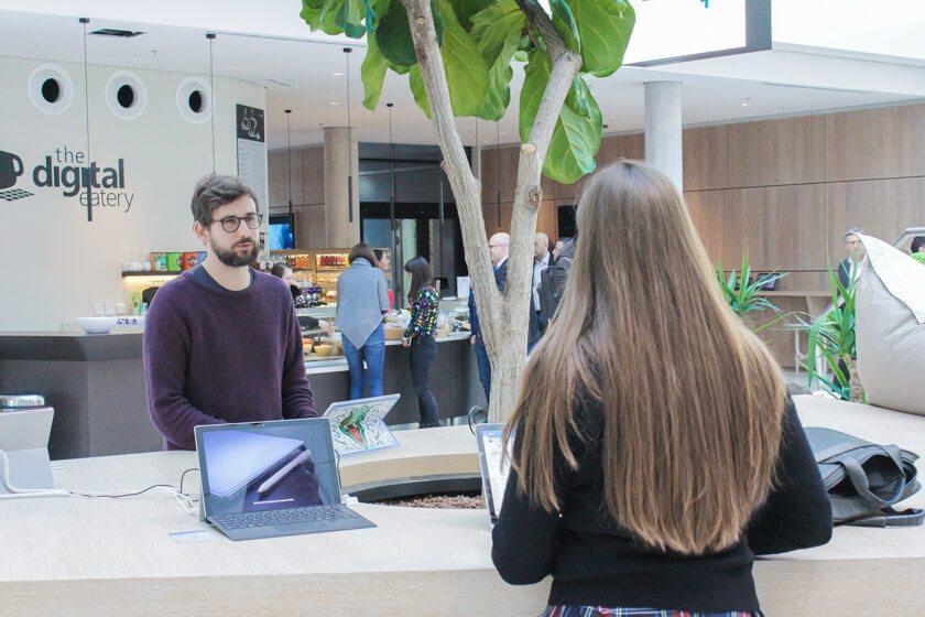 Digitale Leute - Tobias Röver - Microsoft - Eine Kollegin wird von Tobias Röver beraten.