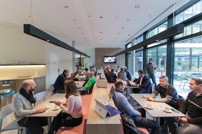 Digitale Leute - Tobias Röver - Microsoft - Das Café gleich neben der Mensa ist ein beliebter Ort für Besprechungen und zum Socializen.
