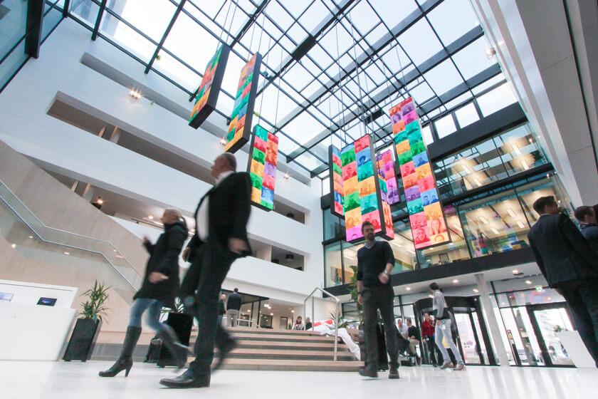 Digitale Leute - Tobias Röver - Microsoft - Das große Oberlicht lässt viel Tageslicht in das Foyer von Microsoft in München.
