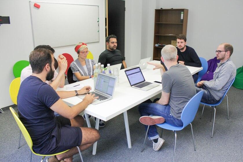 Digitale Leute - Daan Löning - Helpling - Auf bunten Stühlen ist man gleich viel kreativer!