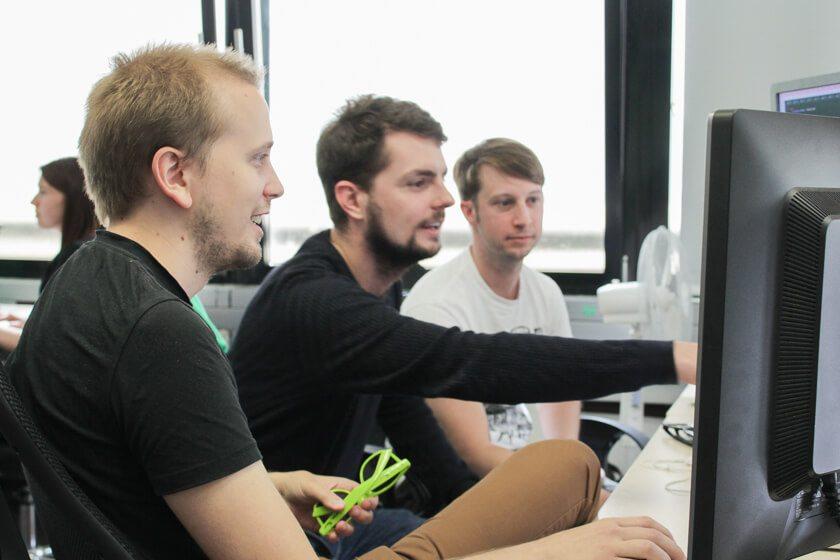 Digitale Leute - Daan Löning - Helpling - Gemeinsam mit Kollegen arbeitet Daan zusammen am Computer.