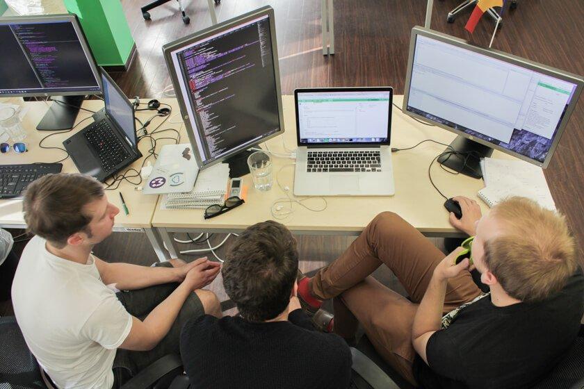 Digitale Leute - Daan Löning - Helpling - Drei Leute, drei unterschiedliche Monitore.