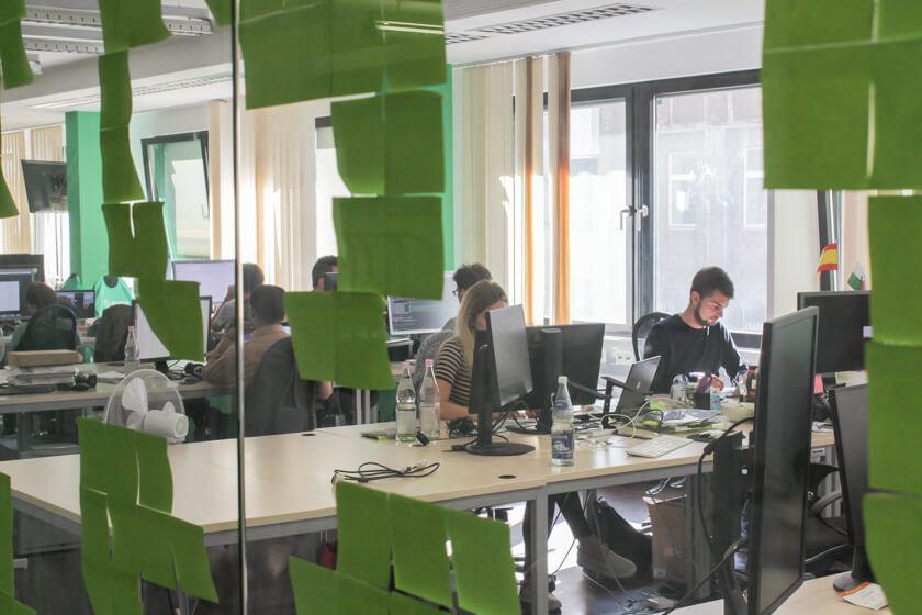 Digitale Leute - Daan Löning - Helpling - Viele Glaswände sind voll mit Post-Its.