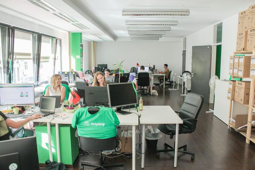 Digitale Leute - Daan Löning - Helpling - Großraumbüro bei Helpling. Da hbaben selbst die Stühle ein T-Shirt an.