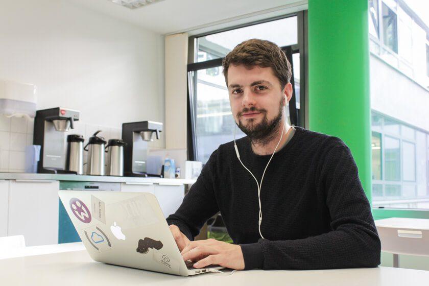 Digitale Leute - Daan Löning - Helpling - Mit Kopfhörer lässt es sich gut arbeiten.