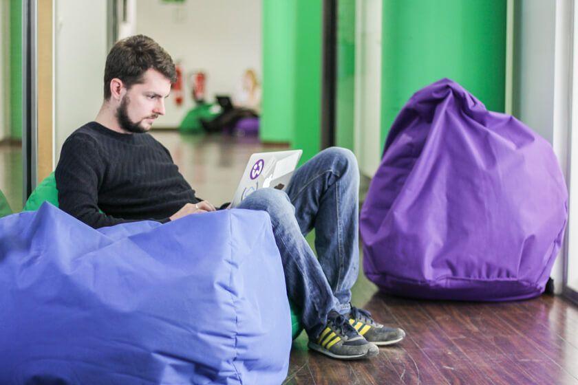 Digitale Leute - Daan Löning - Helpling - Bei Helpling sitzen die Mitarbeiter gerne auf Sitzsäcken.