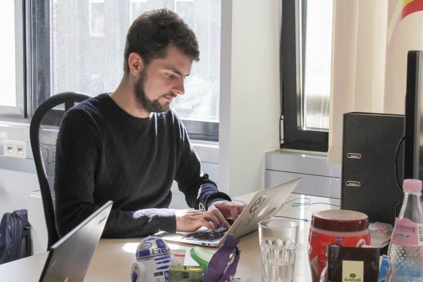 Digitale Leute - Daan Löning - Helpling - Daan an seinem Arbeitsplatz.