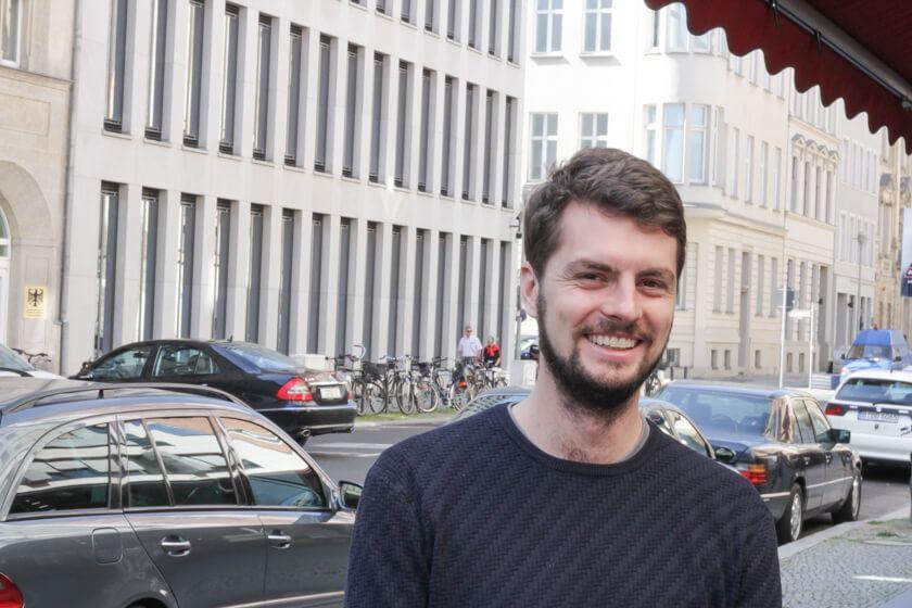 Digitale Leute - Daan Löning - Helpling - Daan auf den Straßen von Berlin.