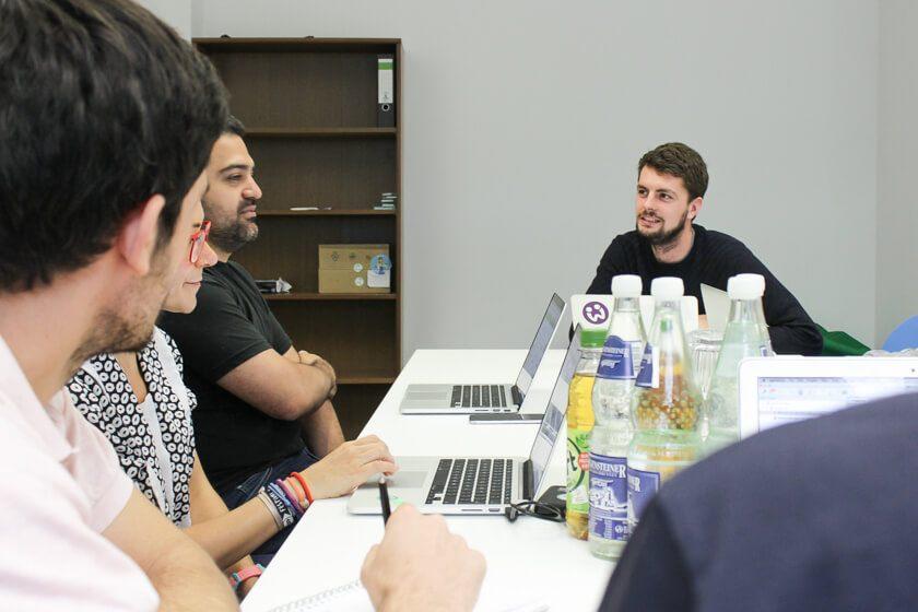 Digitale Leute - Daan Löning - Helpling - Bei der Teambesprechung haben viele einen Laptop oder einen Block dabei.