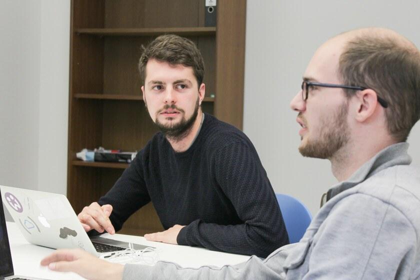 Digitale Leute - Daan Löning - Helpling - Daans Job beinhaltet viel Kommunikation mit den Kollegen.