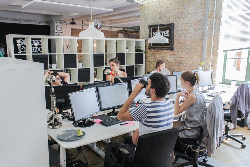 Digitale Leute - Hagen Wolf - Secret Escapes - Hagen sitzt mit seinem Team zusammen beim Marketing.