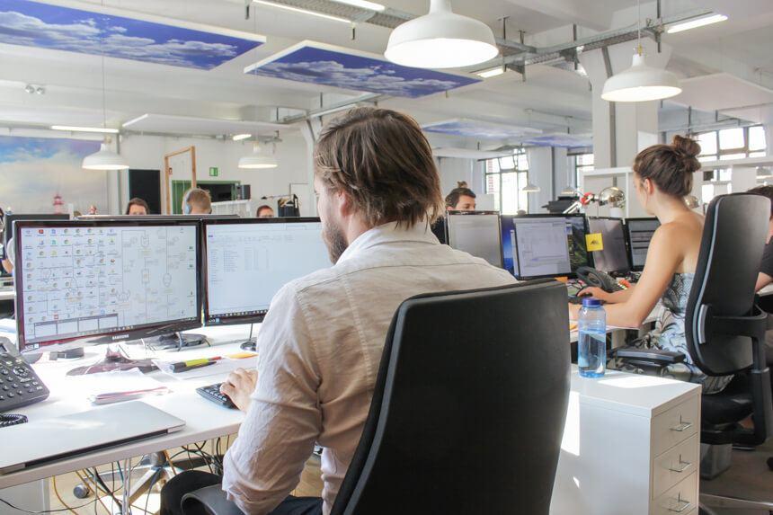 Digitale Leute - Hagen Wolf - Secret Escapes - Hagen Wolf nutzt an seinem Arbeitsplatz einen stationären PC.