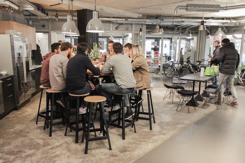 Digitale Leute - Pascal Landau - About You - Zur Mittagszeit wird zusammen gegessen.