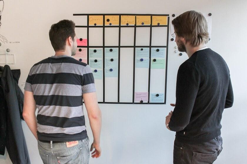 Digitale Leute - Pascal Landau - About You - Da Pascal und sein Kollege momentan noch alleine in der Abteilung sind, werden Standups nicht immer täglich abgehalten.
