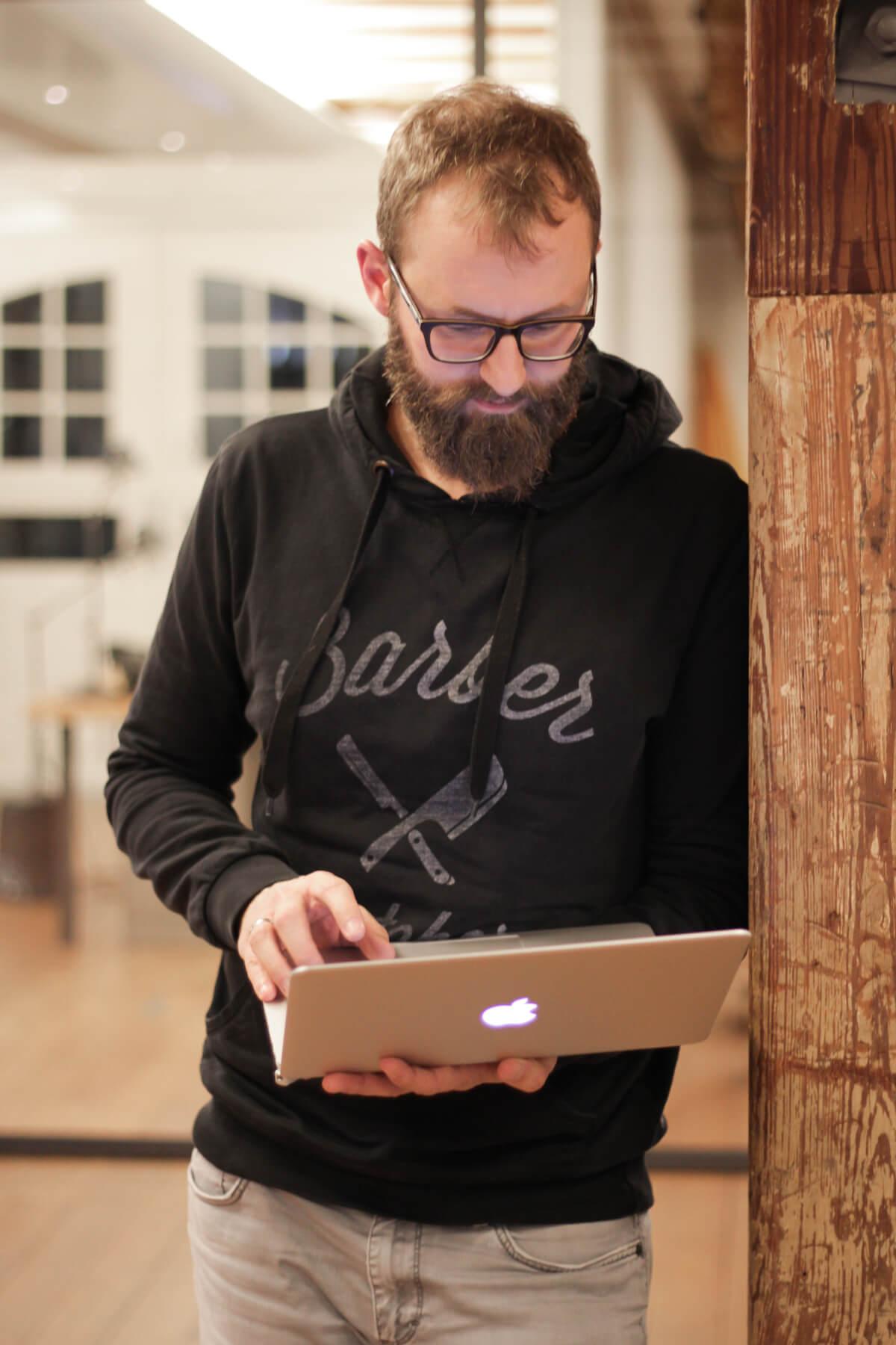 Digitale Leute - Bastian Scherbeck - Kolle Rebbe - Den Laptop nimmt Bastian ungern mit in einer Besprechung: Lenkt einfach zu sehr ab!