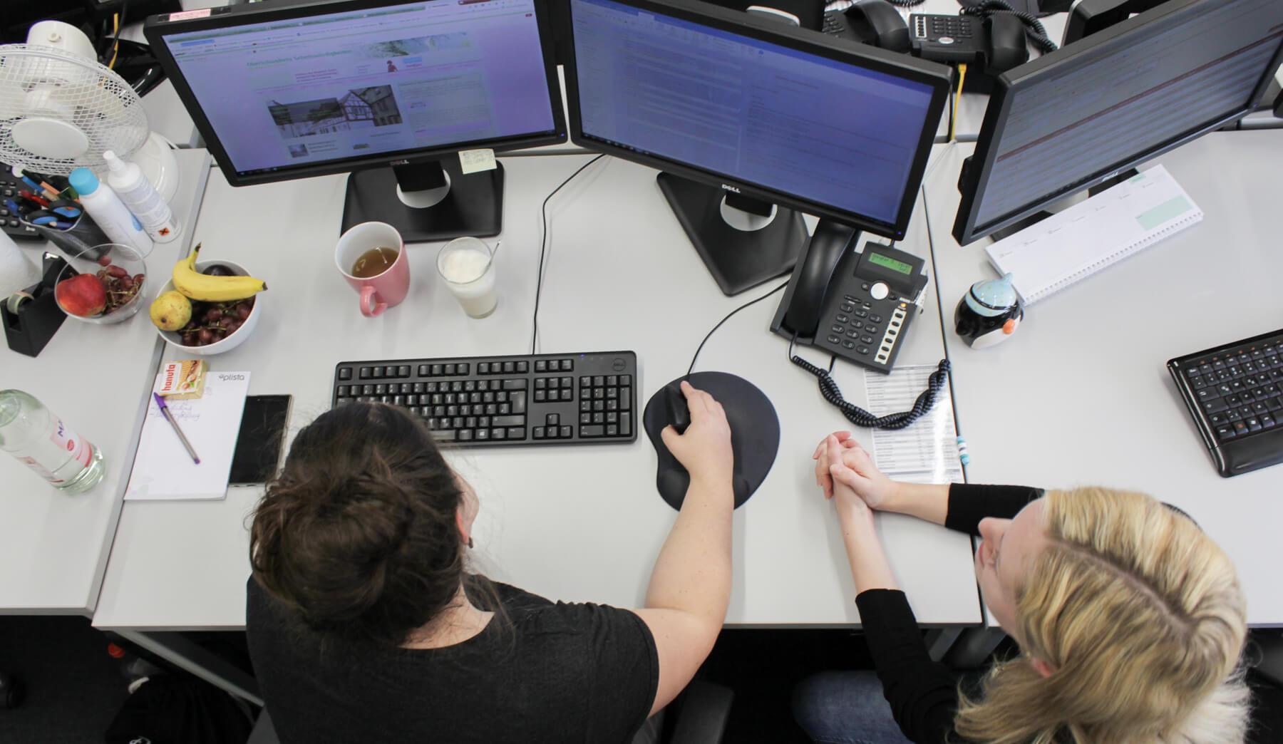 Digitale Leute - Kerstin Timm - Artaxo - Kerstin bespricht sich viel mit ihren Kollegen, um die Projekte am Laufen zu halten.