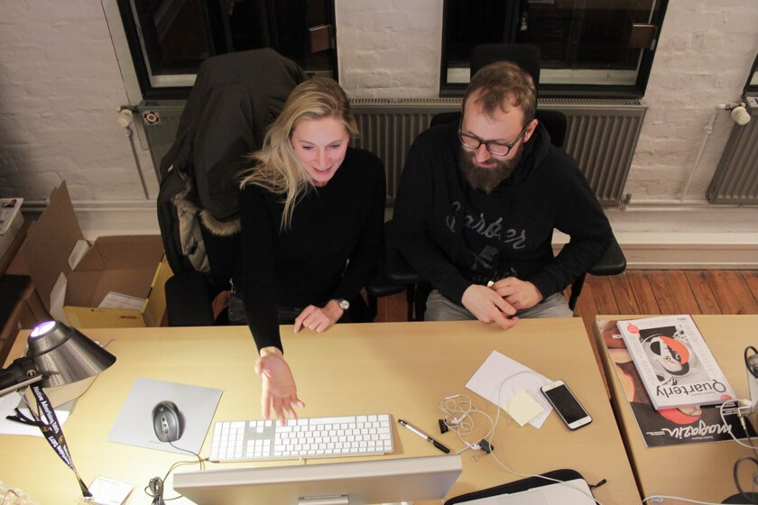 Digitale Leute - Bastian Scherbeck - Kolle Rebbe - Bastian Scherbeck bespricht sich mit seiner Kollegin.