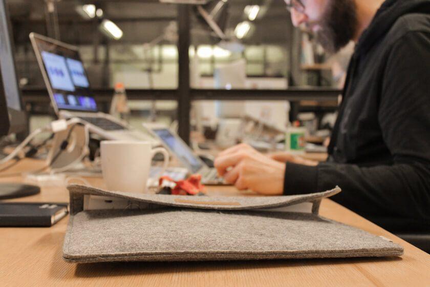 Digitale Leute - Bastian Scherbeck - Kolle Rebbe - Filztasche für den Laptop, Notizblock, Handy, Kalender und E-Mail - fertig ist das Toolset von Bastian Scherbeck.