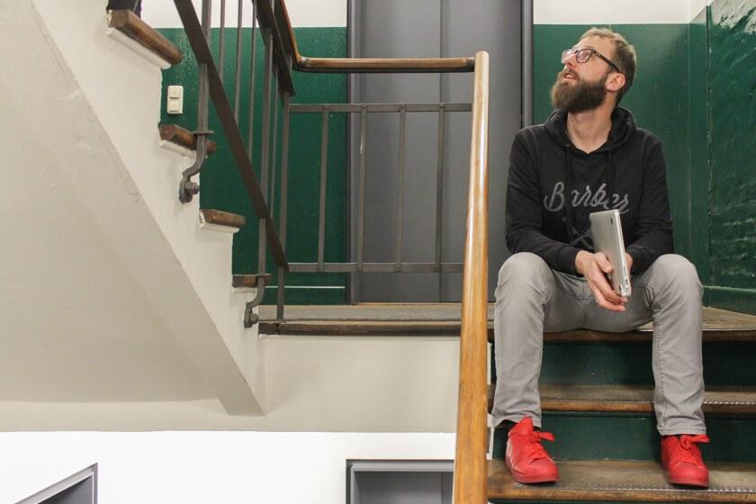 Digitale Leute - Bastian Scherbeck - Kolle Rebbe - Bastian im Gang des SPeicherstadt-Gebäudes, in dem Kolle Rebbe sich über mehrere Etagen verteilt.