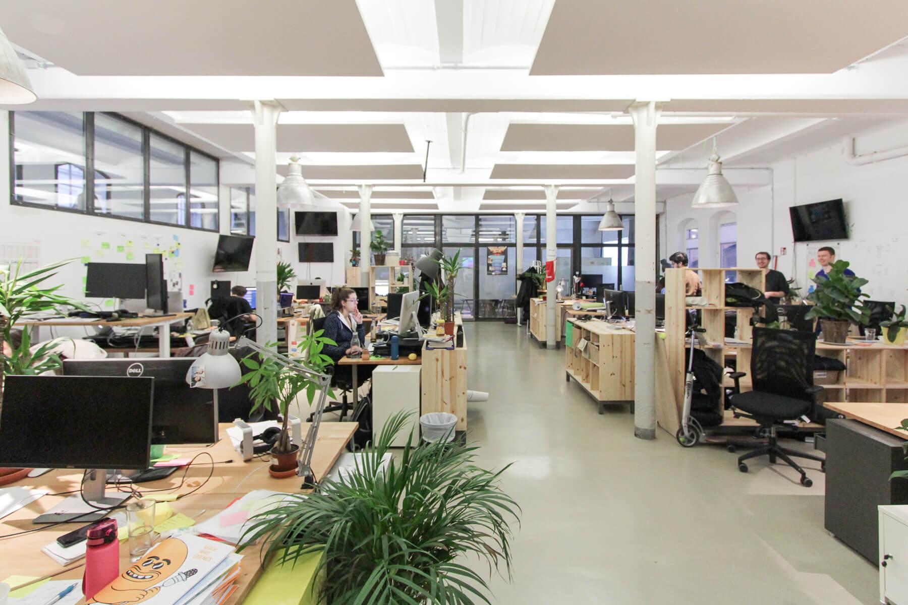 Ingo Ellerbusch - Jimdo - Office Space soweit das Auge reicht. Bei Jimdo in Hamburg arbeiten viele Menschen!