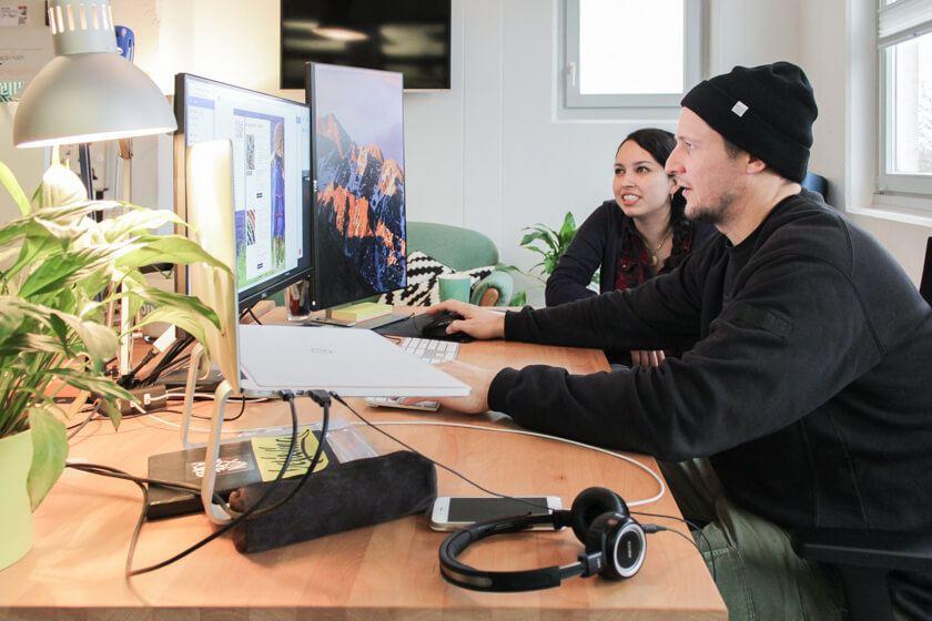 Ingo Ellerbusch - Jimdo - Ingo und seine Kollegin arbeiten eng zusammen.