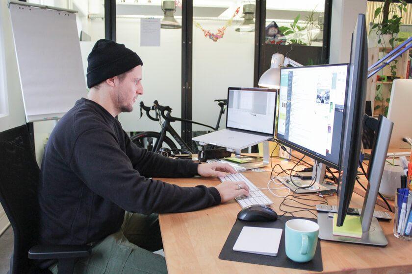 Ingo Ellerbusch - Jimdo - Ingo Ellerbusch und sein Setup. Im Hintergrund sein Fahrrad.
