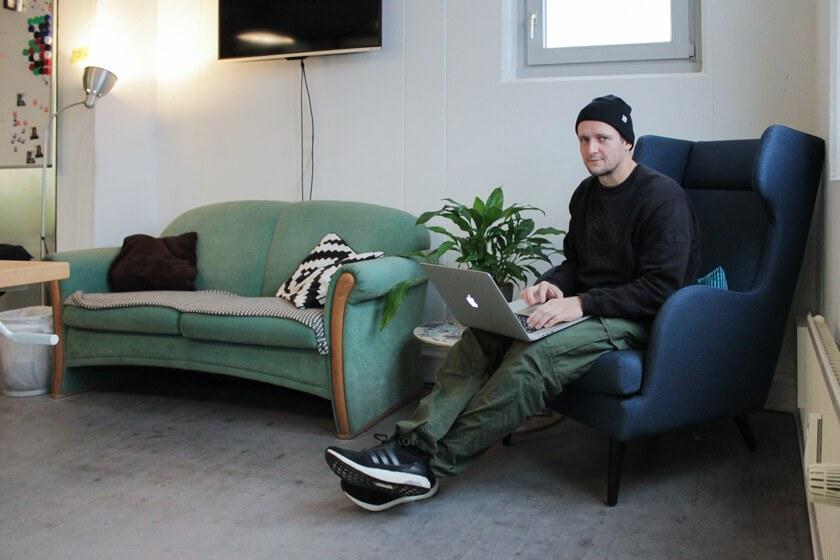 Ingo Ellerbusch - Jimdo - Alles was er zum Arbeiten brauch, und einen Ohrensessel zum chillen.
