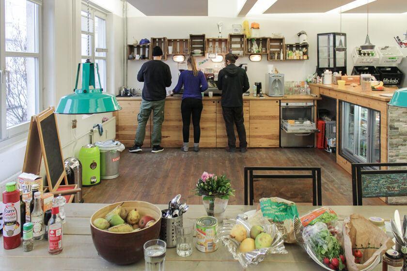 Ingo Ellerbusch - Jimdo - Neben der hochprofessionellen Mensa gibt es auch auf jeder Etage eine üppig ausgestattete Küche für die MItarbeiter bei Jimdo.