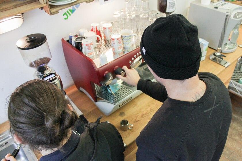 Ingo Ellerbusch - Jimdo - Ingo steuert die Luftzufuhr an dieser Kaffeemaschine bei Jimdo in Hamburg.