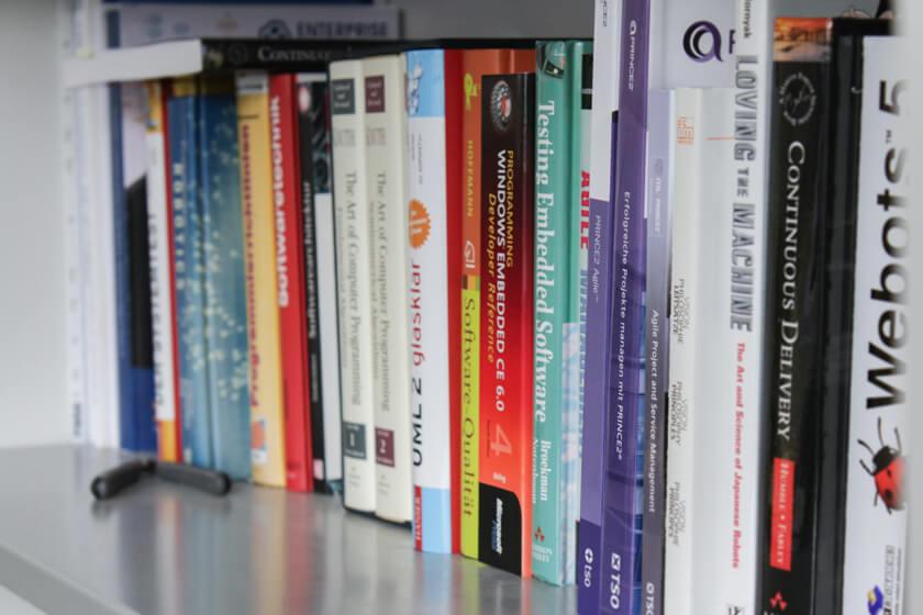 Digitale Leute - Mario Wallmeyer - Vorwerk - Die kleine aber feine Bibliothek in den Büroräumen der Softwareentwicklung bei Vorwerk.