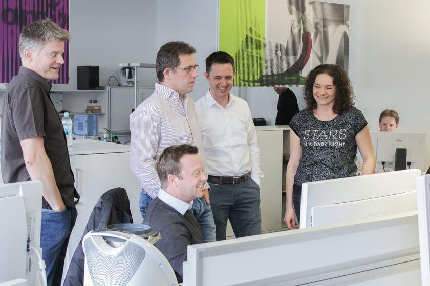 Digitale Leute - Mario Wallmeyer - Vorwerk - Das Team rund um Mario Wallmeyer bei Vorwerk in ihrem Office.