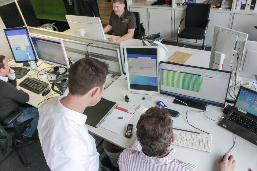 Digitale Leute - Mario Wallmeyer - Vorwerk - Mario Wallmeyer in Zusammenarbeit mit einem Kollegen seiner Abteilung.