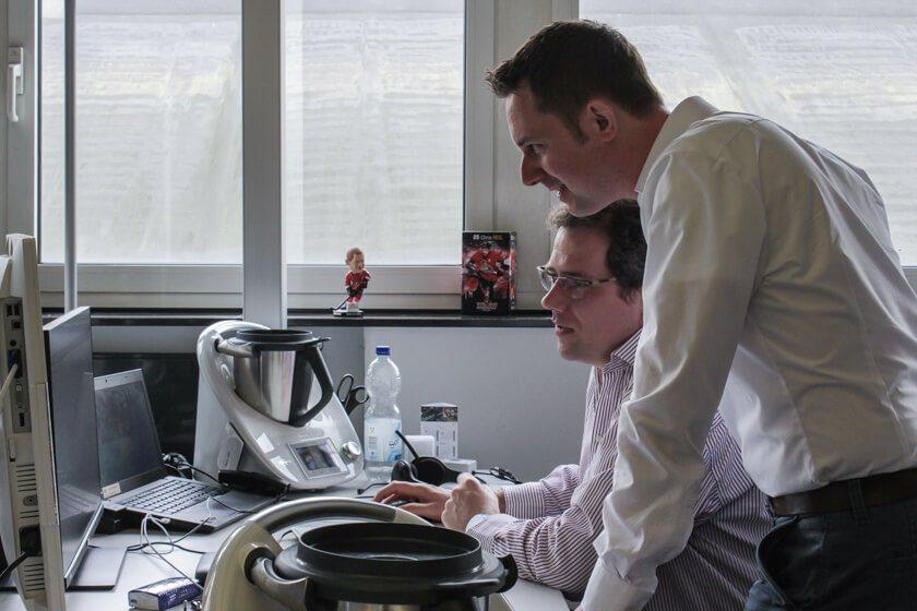 Digitale Leute - Mario Wallmeyer - Vorwerk - Mario Wallmeyer, Leiter der Softwareentwicklung, schaut sich mit einem Kollegen etwas an.