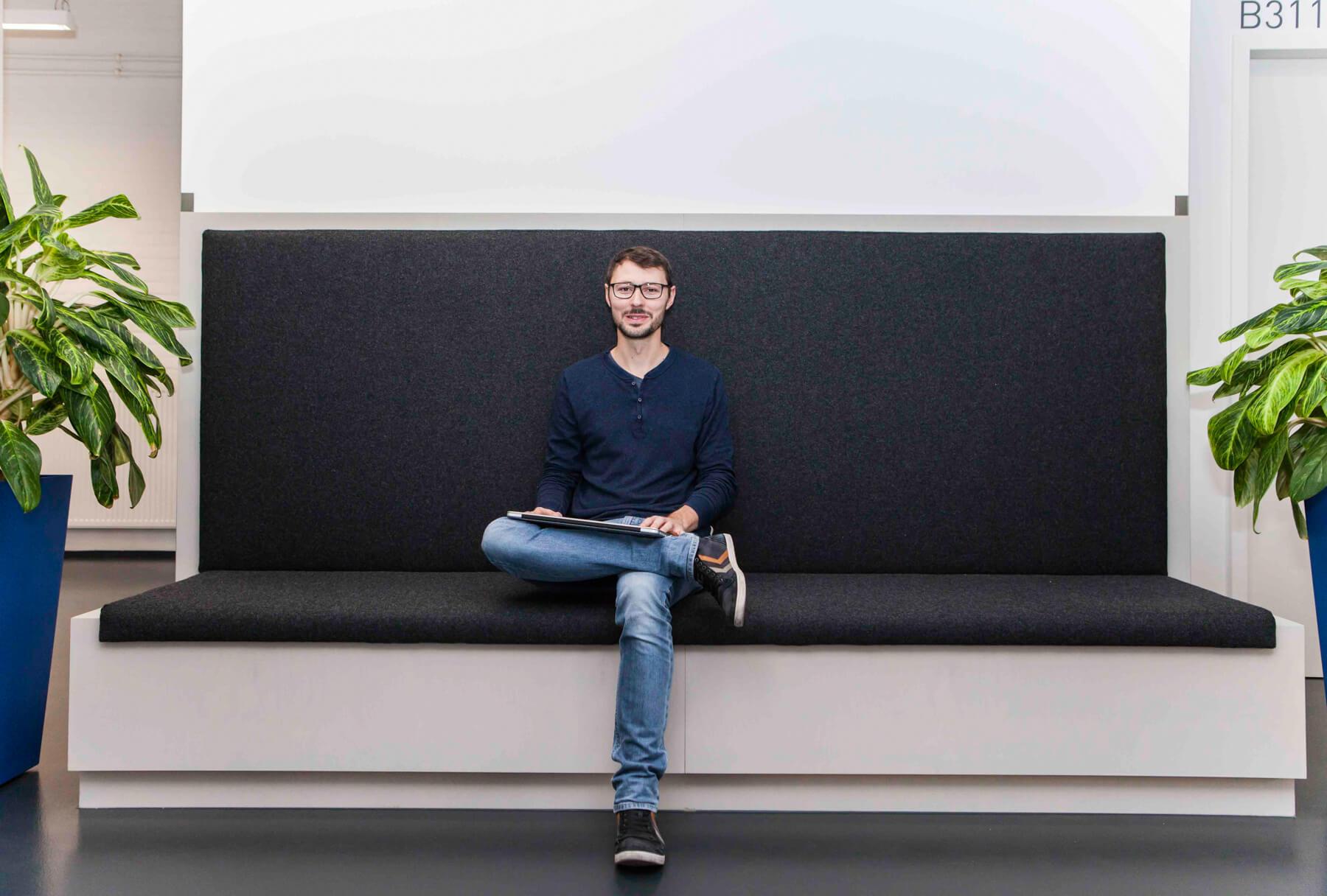 Digitale Leute - Martin Junker - Idealo - Auf ideser riesigen Sitzbank haben mehrere Mitarbeiter von Idealo platz.