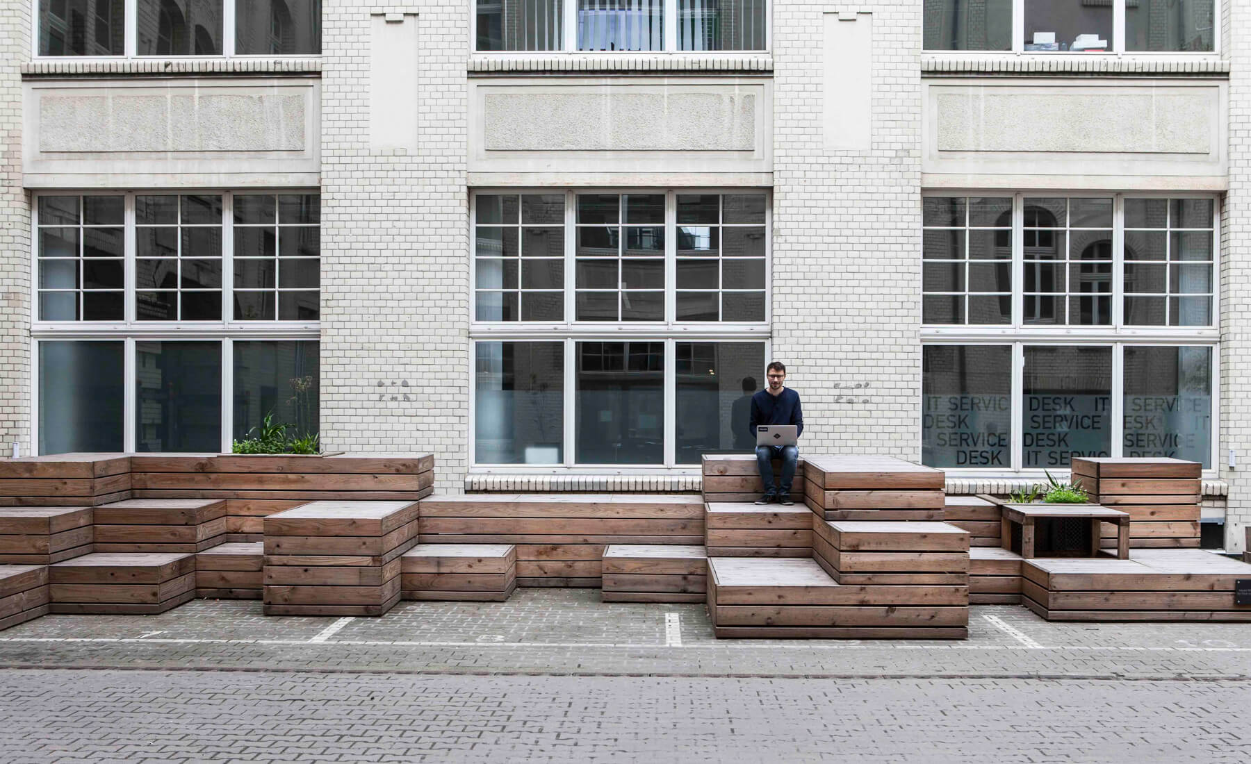 Digitale Leute - Martin Junker - Idealo - Statt parkplätze eine Sitzlandschaft im Innenbereich der Anlage, in der idealo seit zwei Jahren residiert.