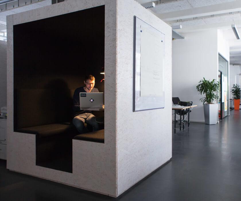 Digitale Leute - Martin Junker - Idealo - Ein schallgeschützter Kubus, in dem es sich Arbeiten lässt.