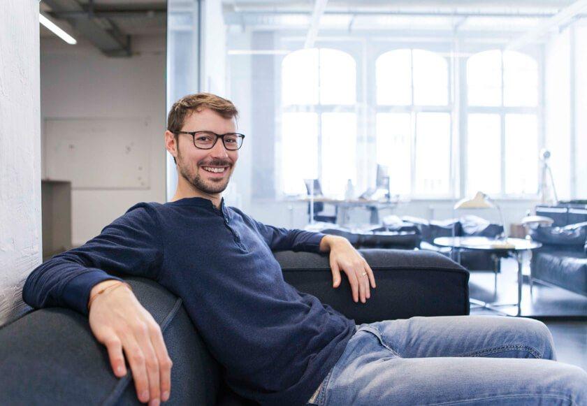 Digitale Leute - Martin Junker - Idealo - Ein großes Büro braucht eine große Couch. Martin genießt die neuen Office-Räume, in denen Idealo seit zwei Jahren residiert.