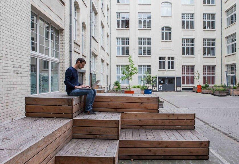 Digitale Leute - Martin Junker - Idealo - Im Innenhof lässt es sich im Sommer auch auf der kleinen Holzinsel arbeiten.