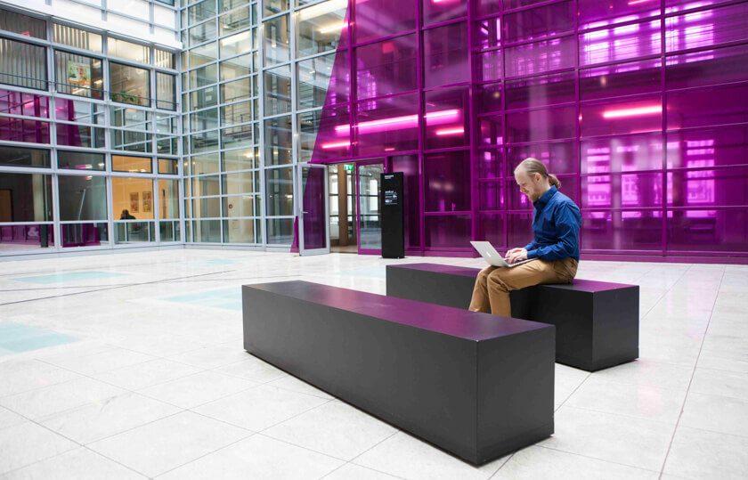 Digitale Leute - Bjarke Walling - Book A Tiger - Bjarke im Foyer des Berliner Offices von Book A Tiger.
