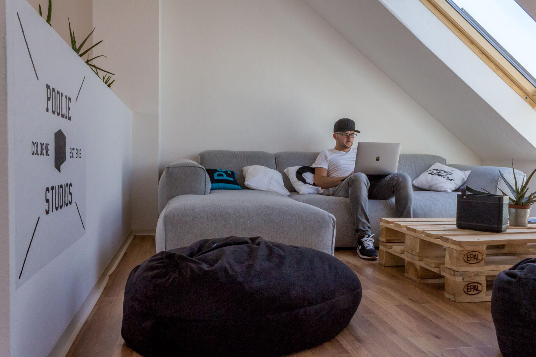Digitale Leute - Alexander Kaiser - Pooliestudios - Neben dem Mac nutzt Alexander Kaiser auch das kleine iPad Pro, mit dem sich auch unterwegs gut arbeiten lässst.