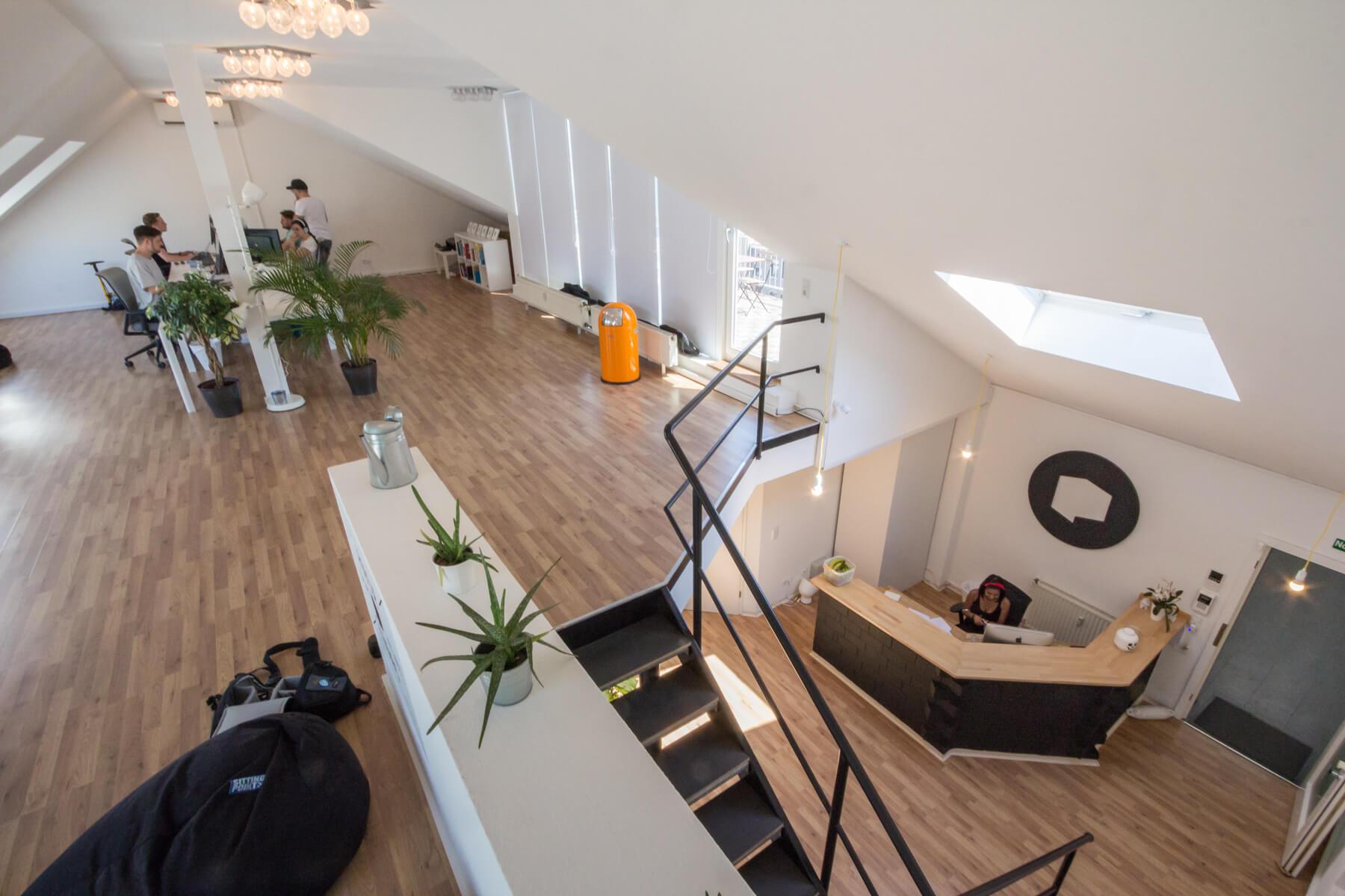 Digitale Leute - Alexander Kaiser - Pooliestudios - Für die Dachetage wurde erst kürzlich eine Klimaanlage spendiert, damit die Poolies auch arbeiten können.