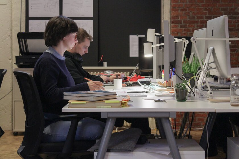 Digitale Leute - Mariana Gütt - Demodern - Noch sitzen alle Teams in einem Raum. Nach dem Umzug soll jedes Team einen eigenen Raum bekommen.